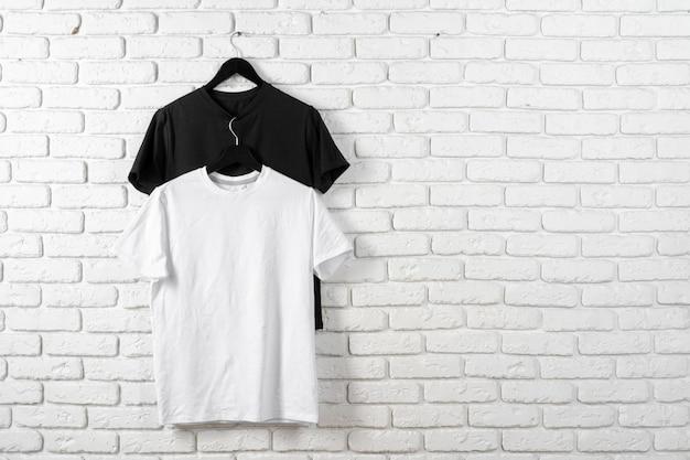 Cor preto e branco duas camisetas simples, copie o espaço