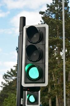 Cor verde no semáforo, travessia de pedestres.