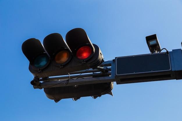 Cor vermelha no semáforo com céu azul al