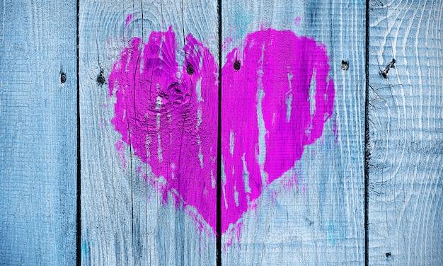 Coração abstrata pintada em uma parede de madeira