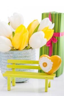 Coração amarelo, presentes e tulipas