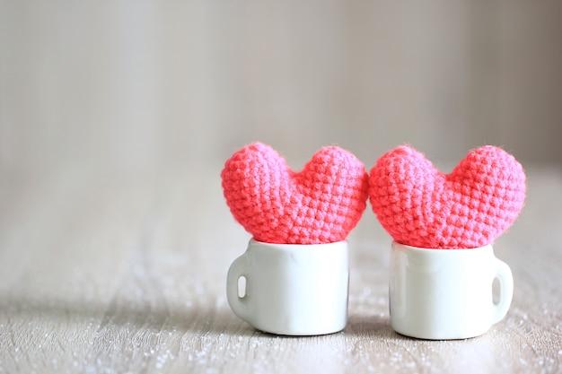 Coração artesanal de crochê no copo branco para dia dos namorados