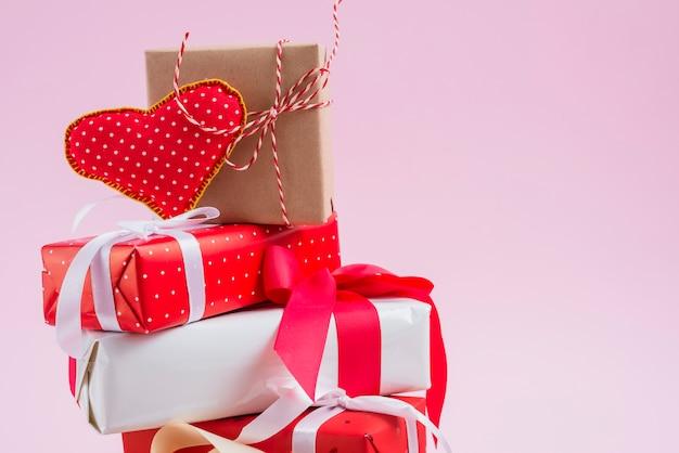 Coração artesanal na pilha de presentes