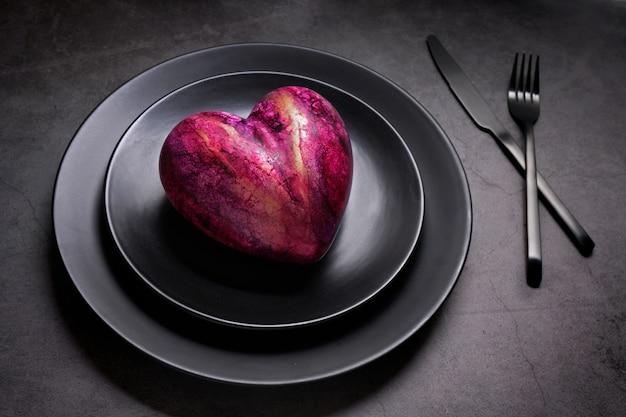 Coração artificial em uma placa preta