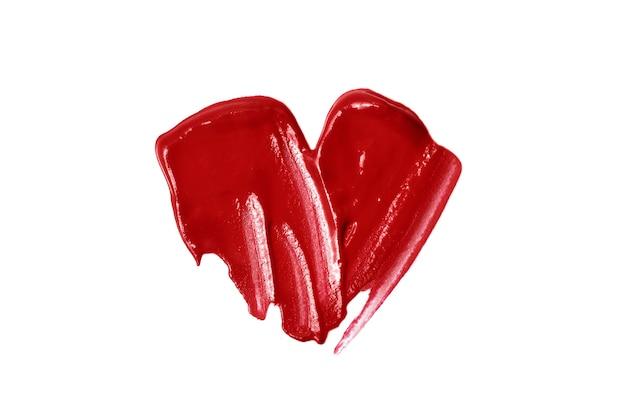 Coração brilhante de gloss. mancha de cosméticos bonitos. isolado em branco. amor compõem o conceito. símbolo do dia dos namorados.