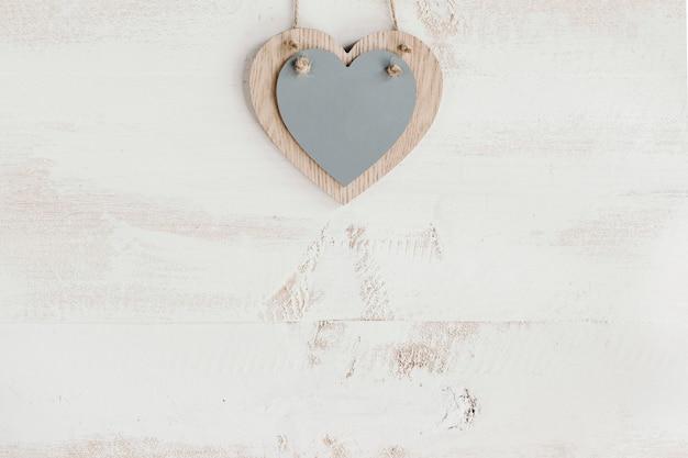 Coração cinza de madeira com espaço de cópia