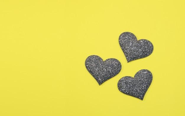 Coração cinza de prata para o dia dos namorados isolado em fundo amarelo