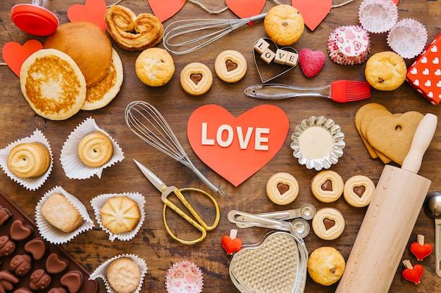 Coração com amor escrevendo perto da pastelaria