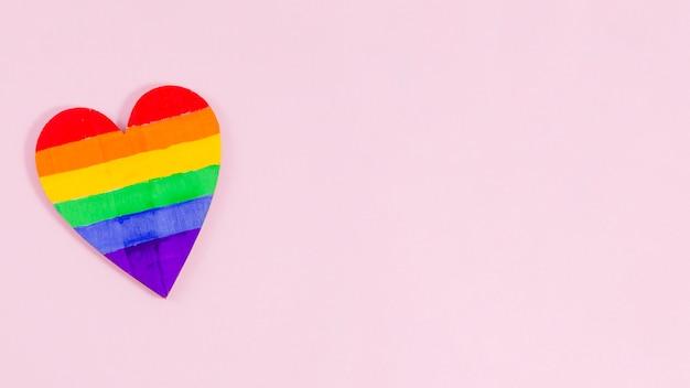 Coração com as cores da bandeira do orgulho