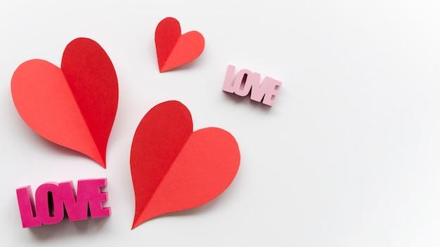 Coração com decoração de amor ao lado