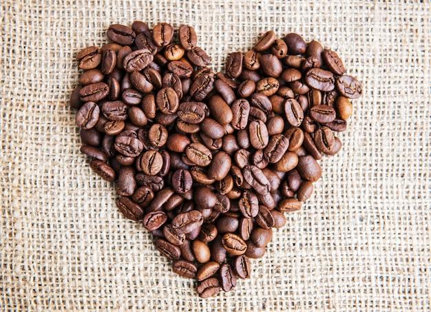 Coração com grãos de café torrados