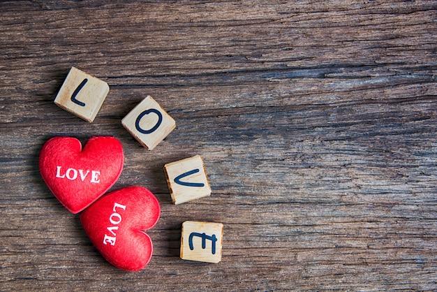 Coração com letra de madeira: amor