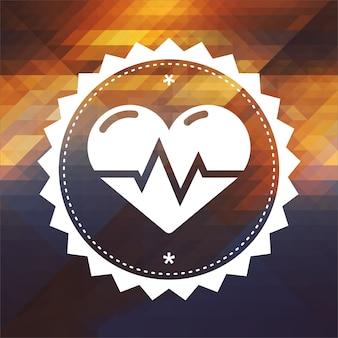 Coração com linha de eletrocardiograma. design de rótulo retrô. fundo de hipster feito de triângulos, efeito de fluxo de cor.