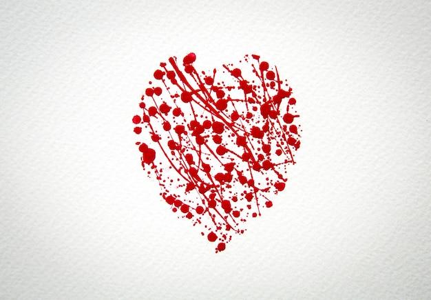 Coração com respingo do vermelho da aguarela