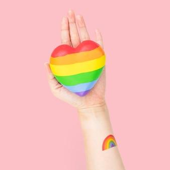 Coração da comunidade lgbtq + com as mãos apresentando