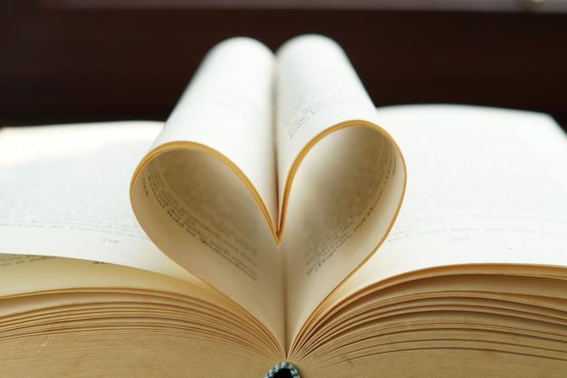 Coração da página do livro para o conceito de dia dos namorados