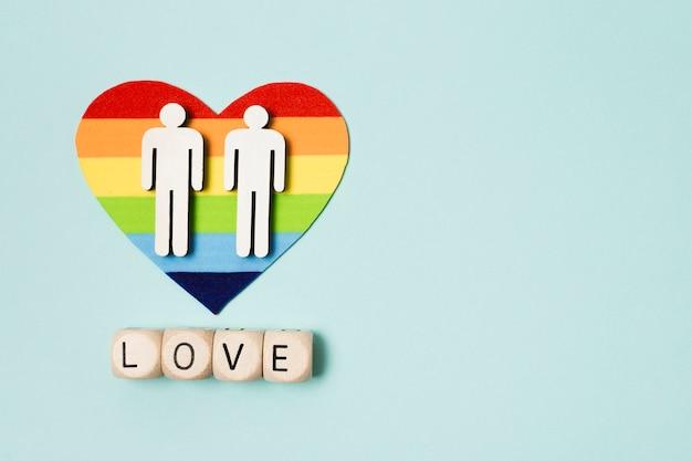 Coração de arco-íris com casal
