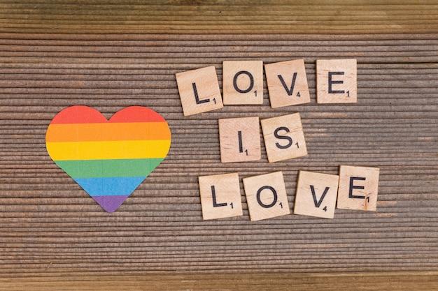Coração de arco-íris e lema lgbt love is love