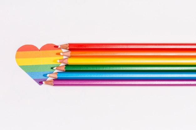 Coração de arco-íris lgbt e lápis coloridos