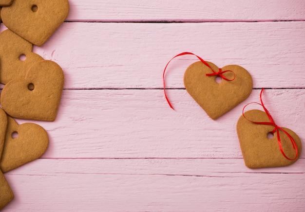 Coração de biscoitos no espaço de madeira