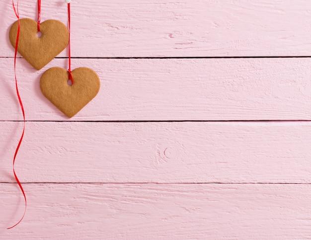 Coração de biscoitos no fundo de madeira