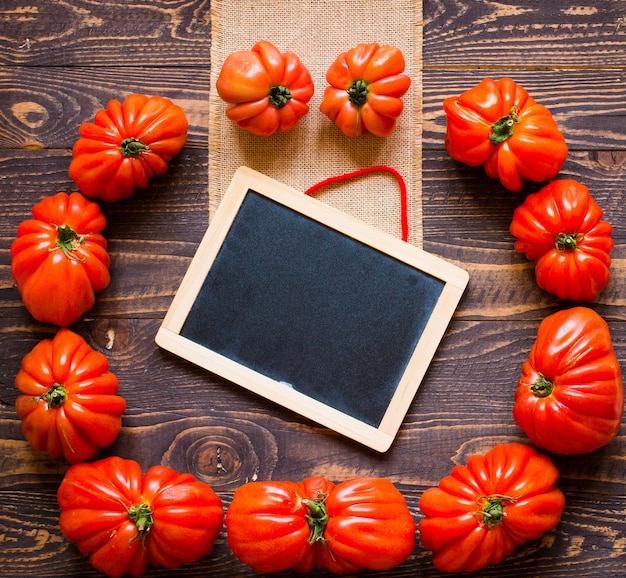 Coração de boi tomate e quadro-negro, vista superior