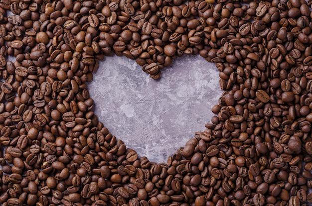 Coração de café. grãos de café são dispostos no fundo em forma de coração