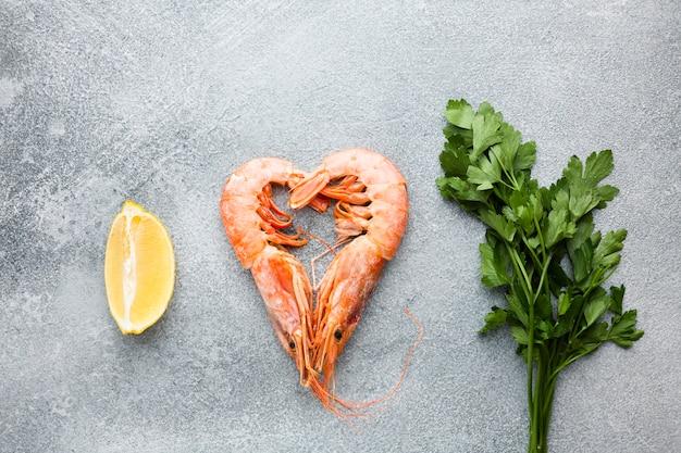 Coração de camarão vista superior com limão