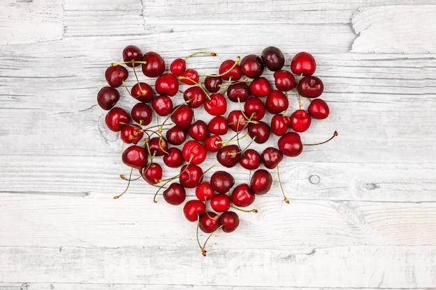 Coração de cerejas maduras. bagas de verão, grande cereja marrom