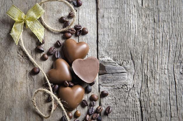 Coração de chocolate e grãos de café