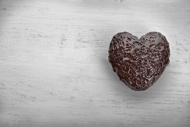 Coração de chocolate em um fundo claro