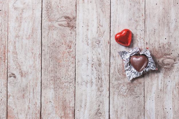 Coração de chocolate em uma mesa de madeira