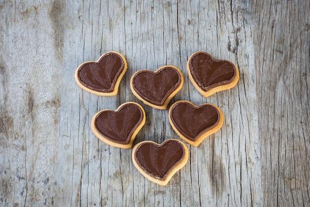 Coração de chocolate na mesa de madeira para presente no dia dos namorados amor.