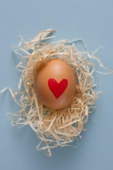 Coração de close-up, pintada no ovo de páscoa
