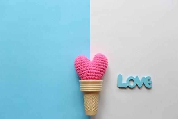 Coração de crochê artesanal rosa em copo de waffle para dia dos namorados