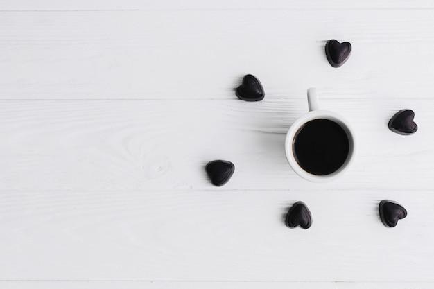 Coração de doces em torno da xícara de café