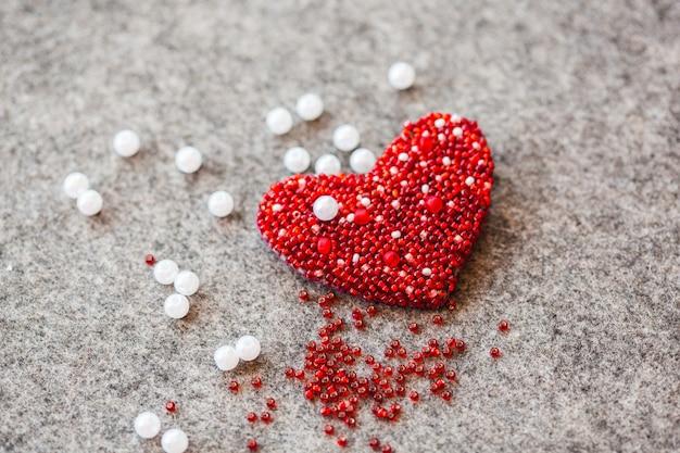 Coração de feltro e miçangas