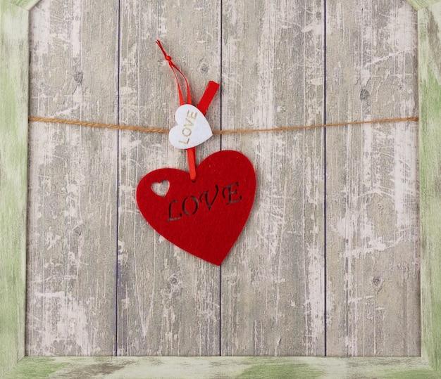 Coração de feltro vermelho pendurado em uma corda marrom