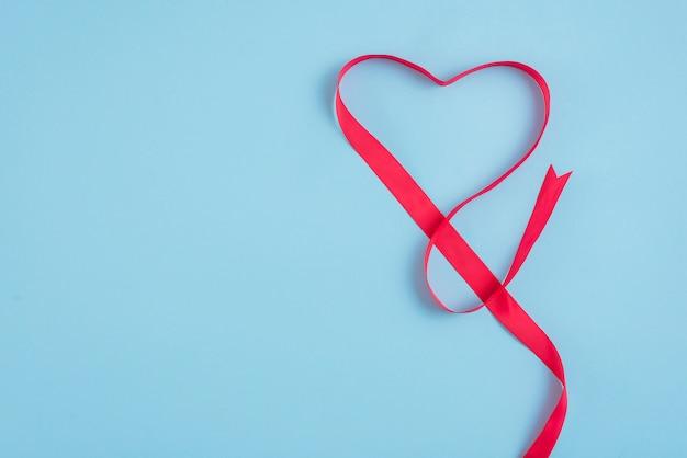Coração de fita vermelha