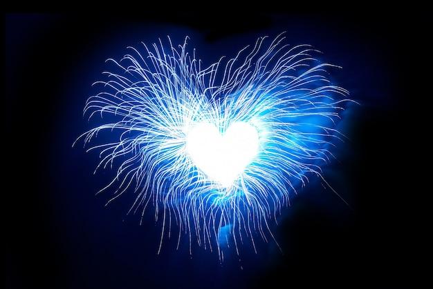 Coração de fogos de artifício no céu negro