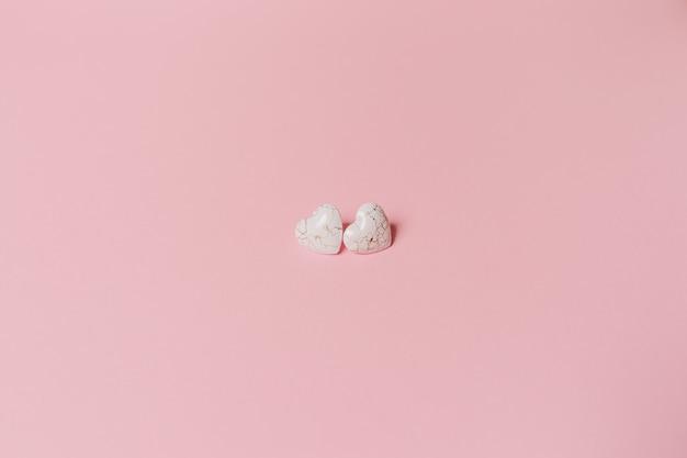 Coração de forma wihte em fundo rosa isolado