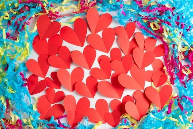 Coração de fundo decorativo de quadro, papel vermelho colorido branco fundo