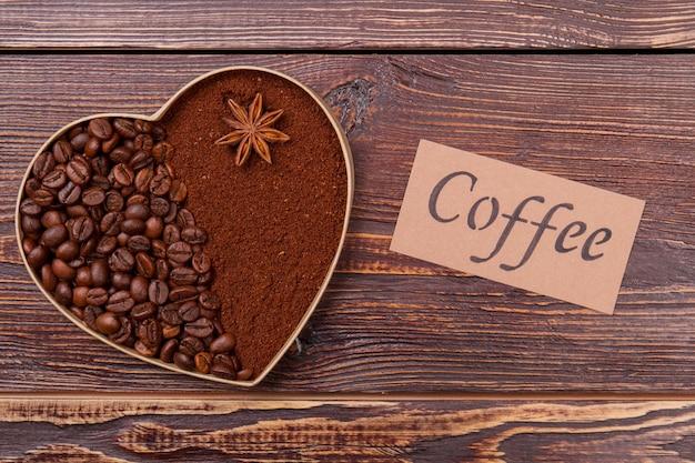 Coração de grãos de café e café instantâneo. vista superior de cima. superfície da mesa de madeira marrom.