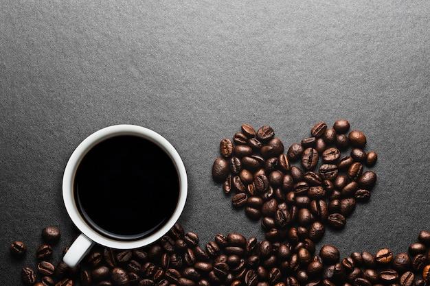 Coração de grãos de café torrados e café preto