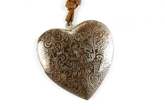 Coração de madeira artesanato isolado no branco