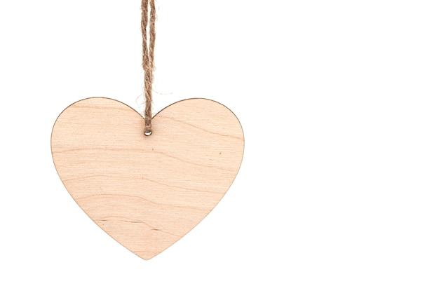 Coração de madeira com corda isolada