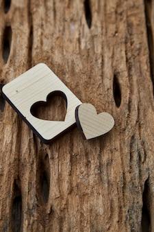 Coração de madeira dos namorados na madeira