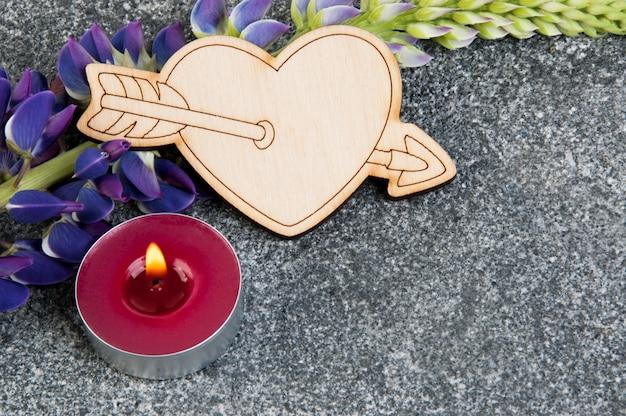 Coração de madeira e aroma vela em cinza