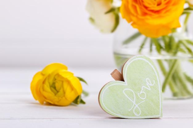 Coração de madeira e flores