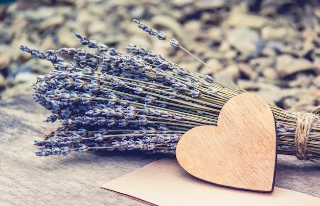 Coração de madeira e lavanda, composição romântica